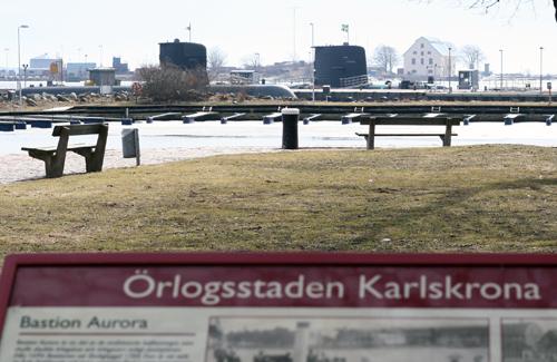 Örlogsstad med ubåtar i bakgrunden